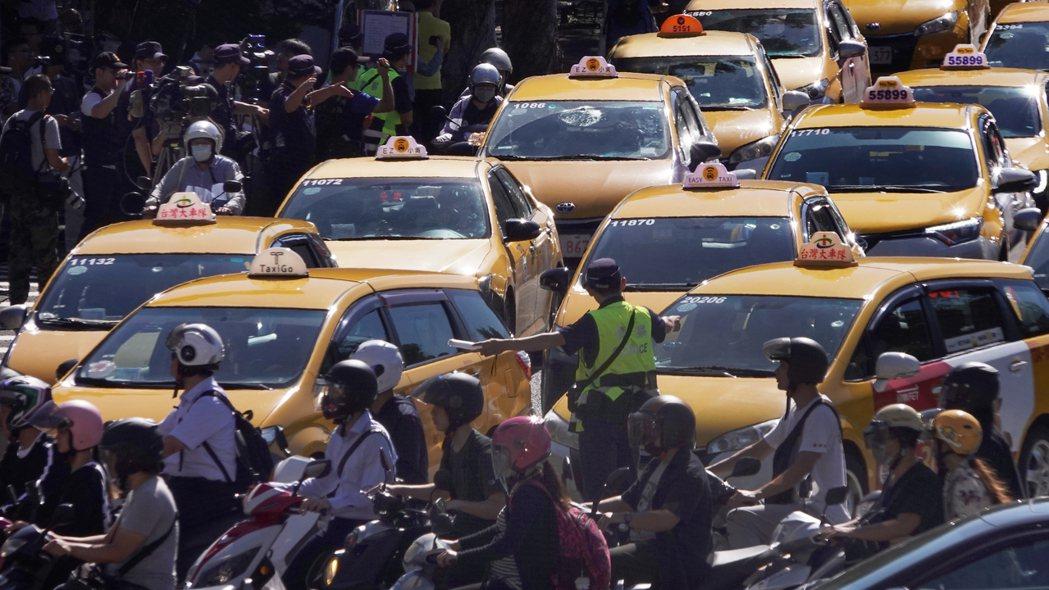 根據學者分析,交通事故車輛前五名以黃色車輛居冠,兩年平均22.47%、其次是黑色...
