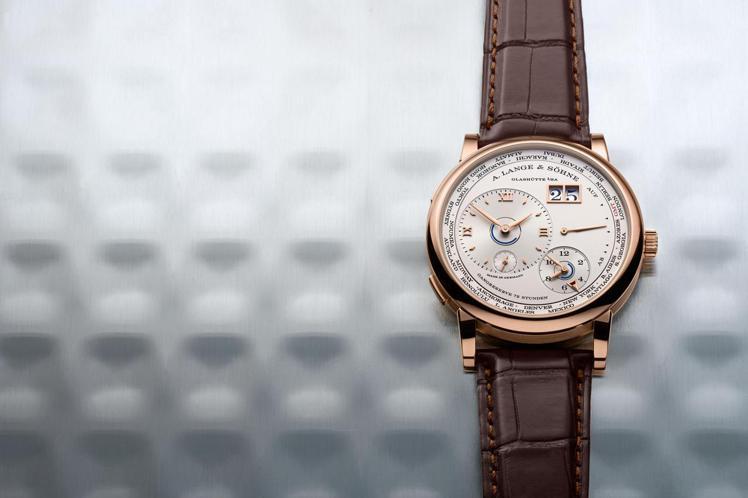 Lange 1 TimeZone腕表的設計特色,正是在不對稱中展現平衡的高超設計...