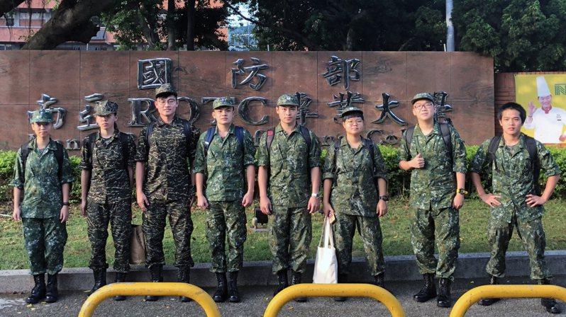 清華大學第一屆將星生每周六都到部隊接受軍事訓練。 圖/清大提供