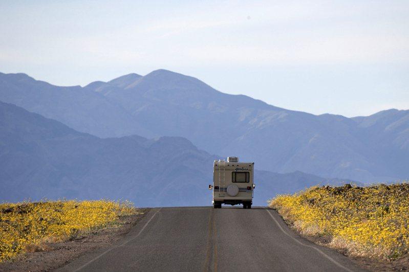 美國汽車協會(AAA)發布今年的夏季旅行預測指出,今年夏天(7月1日至9月30日)美國人將進行7.07億次旅行,絕大多數將開車出遊。美聯社