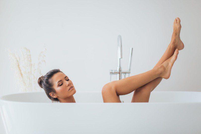 浸泡洗澡,建议不超过20分钟。图/摘自 pexels