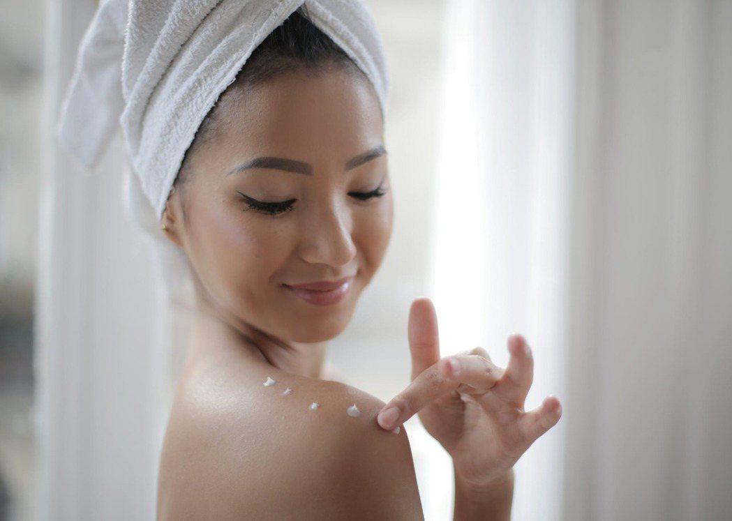 洗澡時流失的水分,利用身體乳來保護可能流失的水分。圖/摘自 pexels