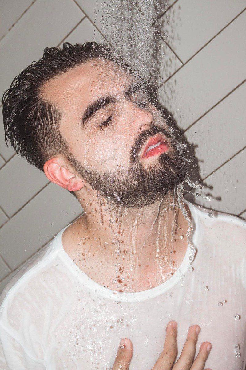 淋浴洗澡,建议不超过10分钟。图/摘自 pexels