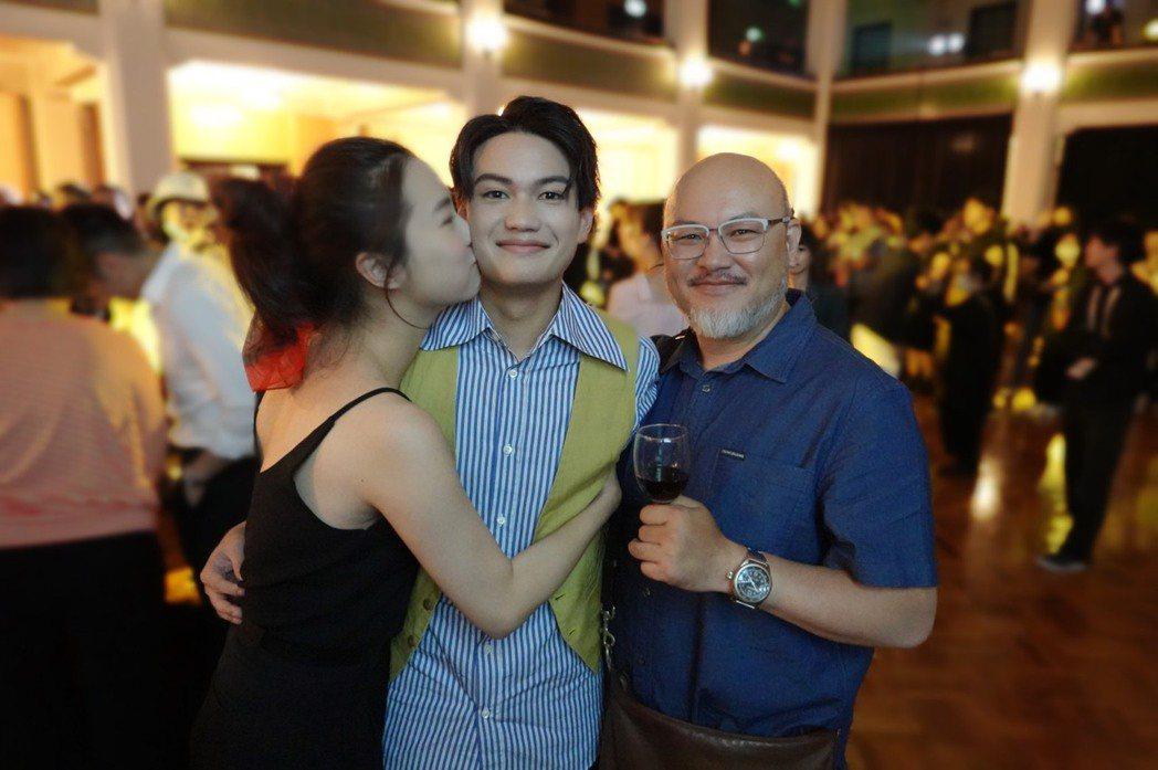 趙小僑(左起)和老公劉亮佐結婚3年,陪繼子劉子銓出席台北電影節。圖/修毅提供
