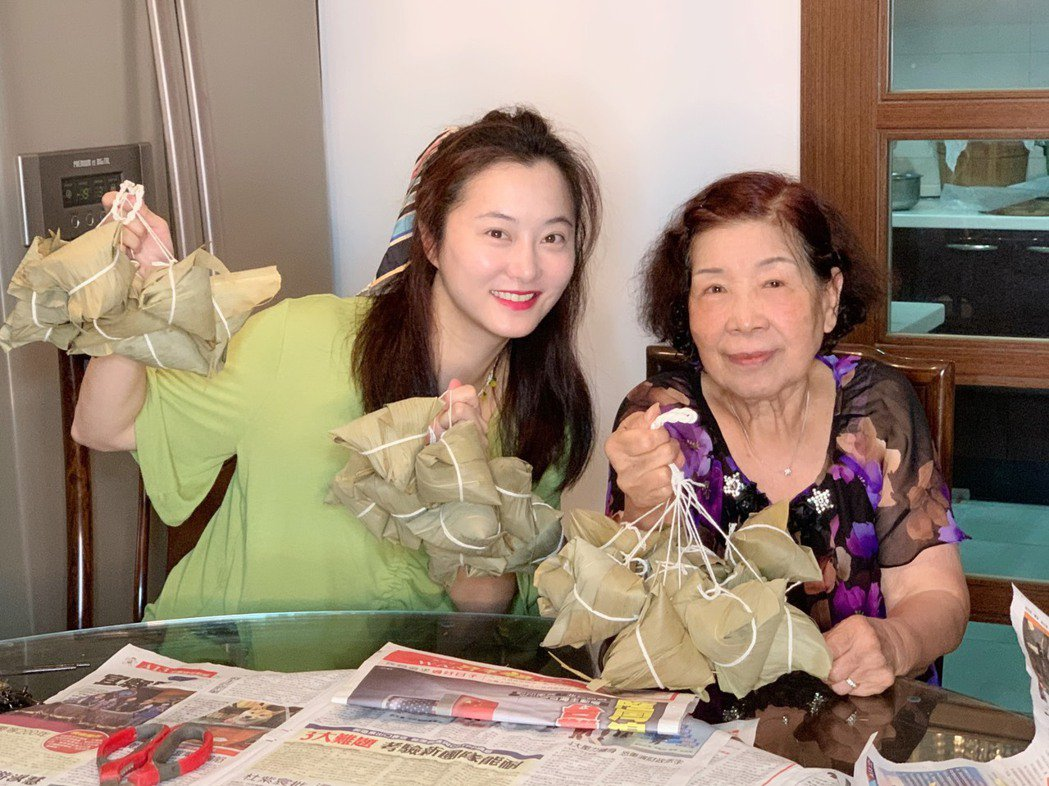 趙小僑(左)特別向恩師孫德榮的媽媽學包粽子。圖/修毅提供