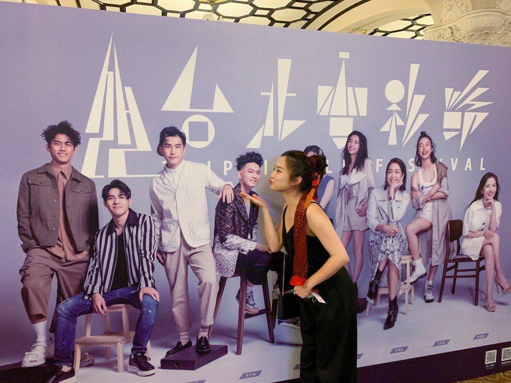 趙小僑特別對背板上的劉子銓獻吻。