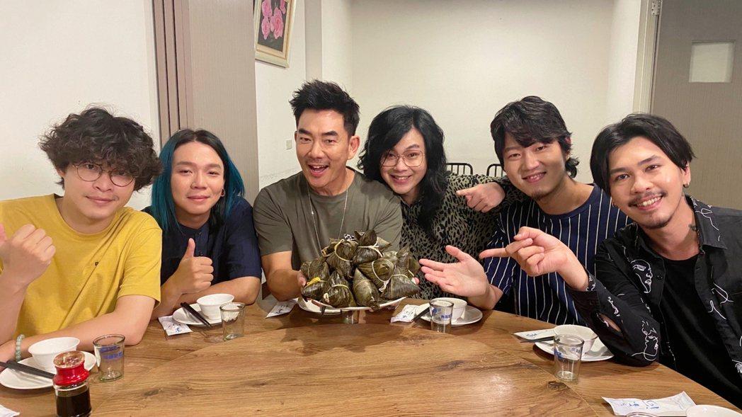 任賢齊(左3)端午大壽,與麋先生熱炒店一起慶生。圖/相信音樂提供