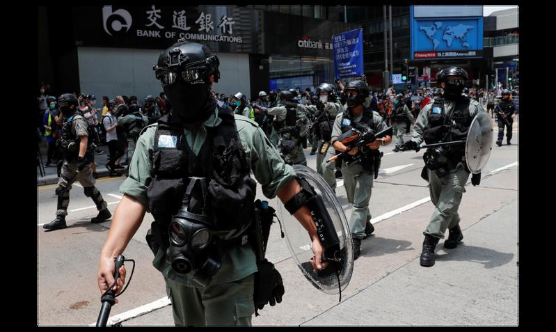 圖為香港警察上個月底強勢趨離街頭抗爭民眾。(路透)