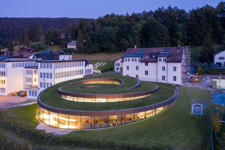 螺旋形的愛彼博物館工作坊,讓參訪者得以親炙汝拉山谷(Vallée de Jou...