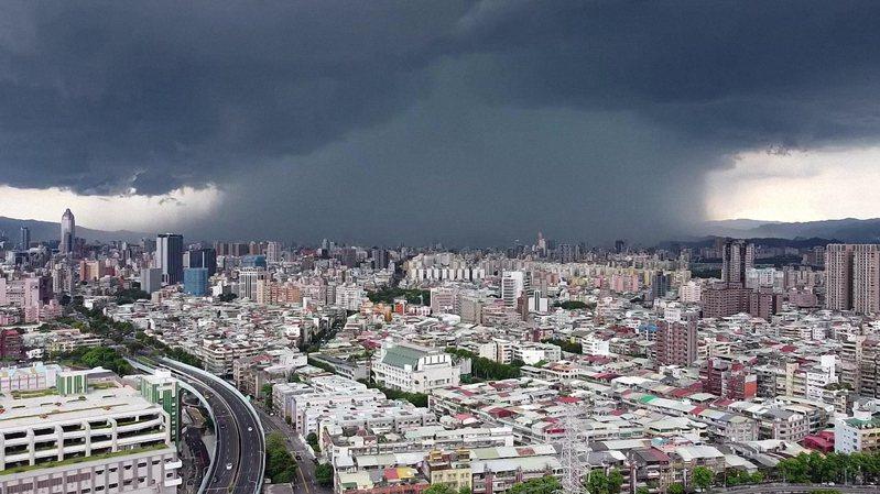 新北市降雨出現雨瀑景觀被拍下,眾人嘖嘖稱奇。圖/擷取自廖幸福影片