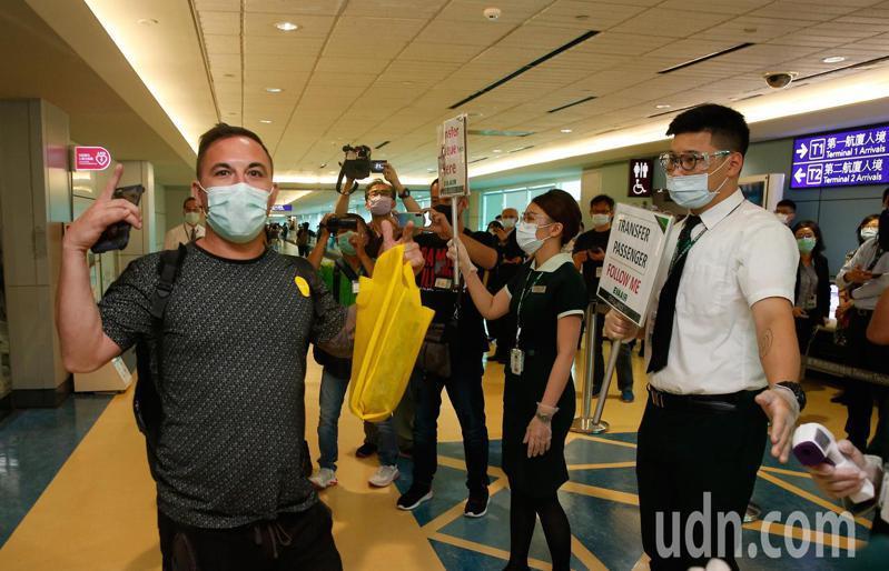 我國開放旅客來台轉機後,第一批轉機旅客下午從馬尼拉搭機抵達桃園機場,一位旅客下機後比出「V」勝利的手勢說,感謝台灣。記者鄭超文/攝影