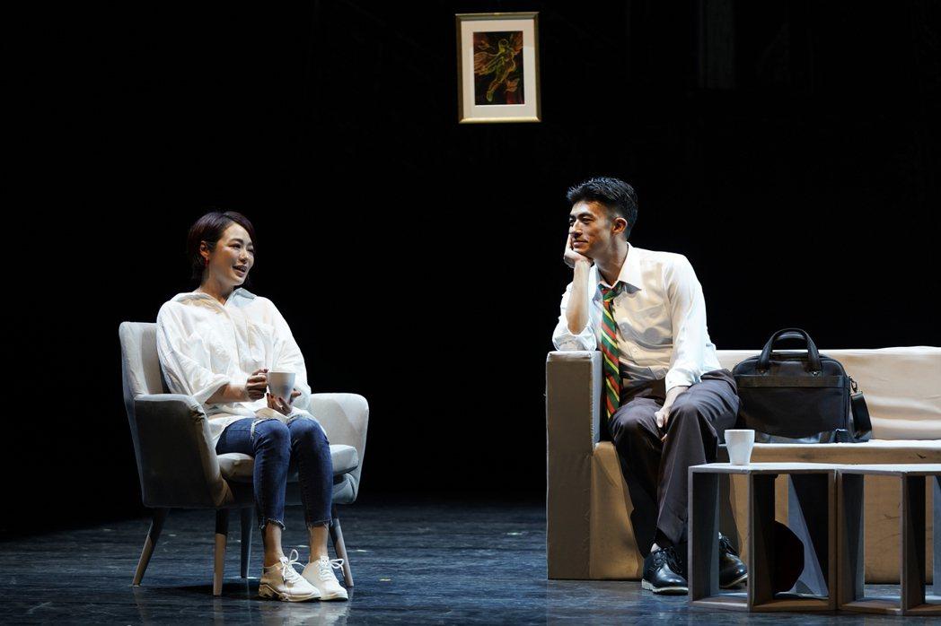 梁正群(右)、茵芙演出「昨夜星辰」。圖/寬宏藝術提供