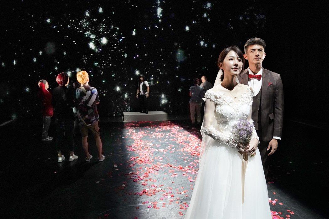 邵雨薇(左)、梁正群在「昨夜星辰」中的一場婚禮戲。圖/寬宏藝術提供