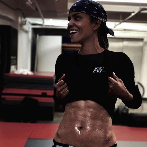 荷莉貝瑞健身鍛鍊到有腹肌。圖/摘自Instagram