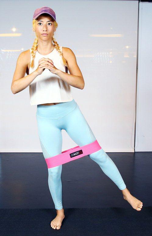 瑞瑪席丹示範「使用彈力繩的臀部動作」第2招。。記者杜建重/攝影