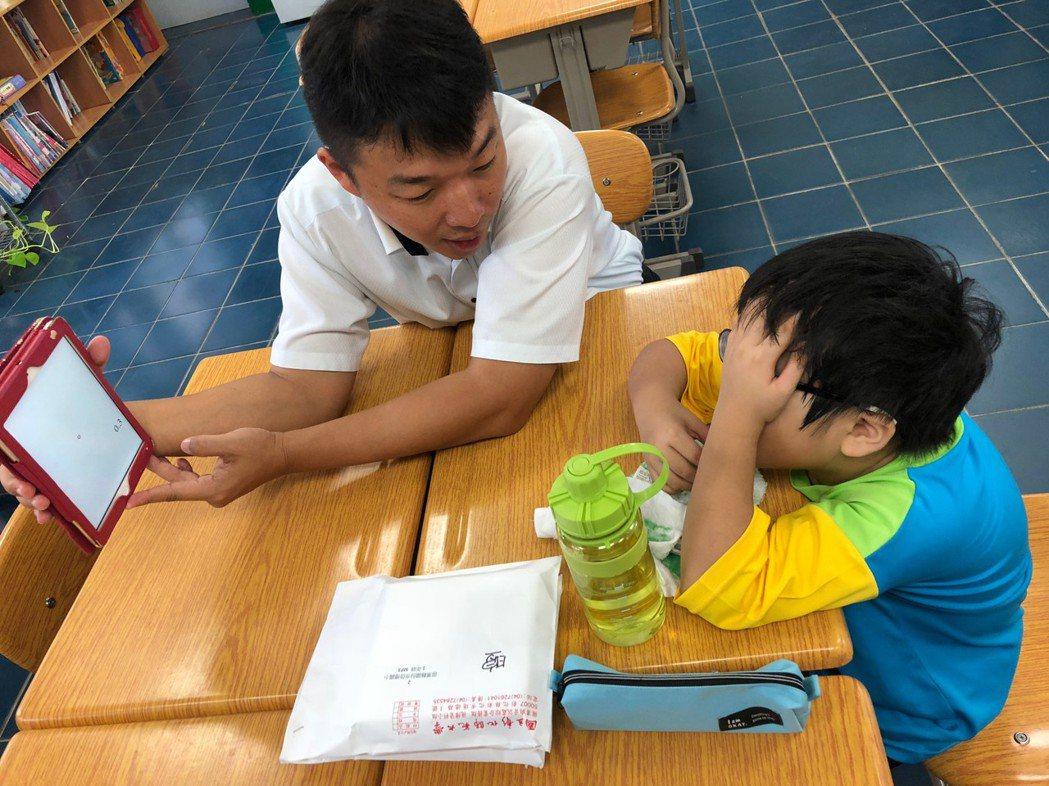 獲得今年總統教育獎的李文煥(左),因罹患遺傳性罕見疾病雷伯氏症,十五歲突然失去視...