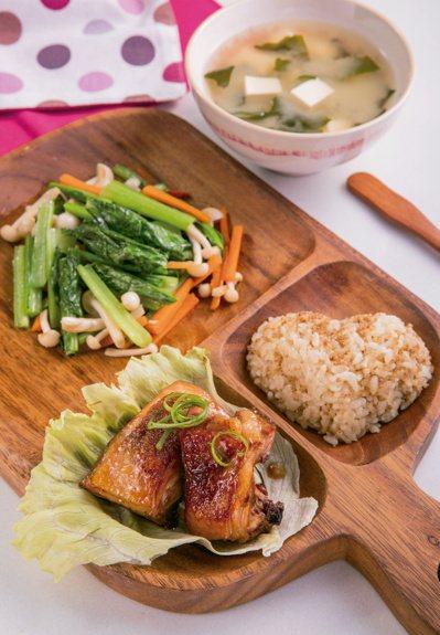 照燒雞肉定食佐菇炒小松菜、味噌湯。圖/尖端出版社提供