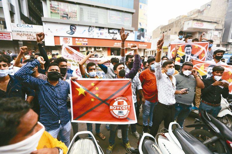 印度民眾在阿邁達巴德舉行反中示威。(美聯社)