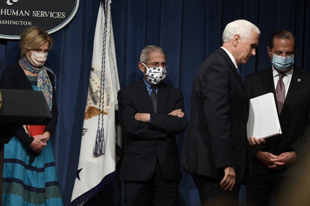 副總統潘斯(前)兩個月首次在白宮舉行疫情說明會,他全程未戴口罩,防疫專家佛奇(右...