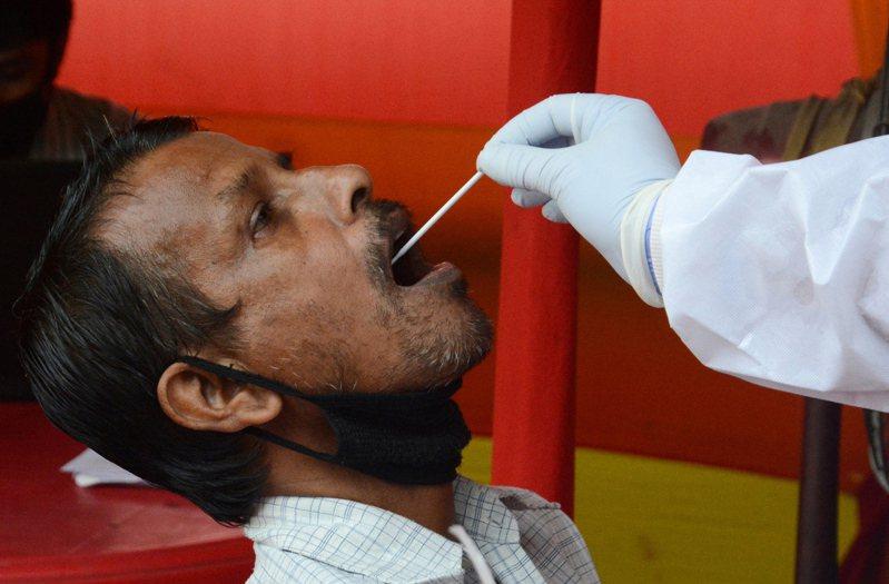 印度有一家人不顧疫情嚴峻堅持舉辦婚禮,導致大規模群聚感染,結果新郎在婚禮結束後兩天病情惡化死亡,也讓現場95位賓客檢測出陽性反應。示意圖非當事人。 歐新社
