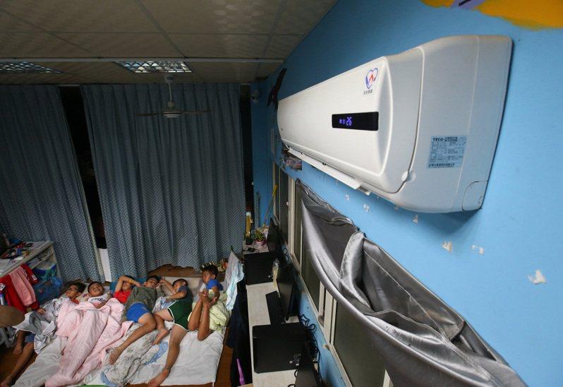 在旭海小學堂住宿的孩童,夏天幾乎都要靠吹冷氣才能入睡,高額電費是很大的負擔。 記者林澔一/攝影