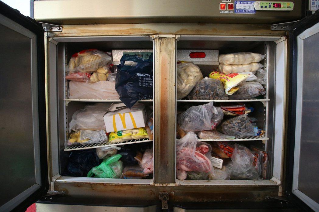 旭海小學堂的廚房要供應偏鄉孩童,還必須對外營業。二手冰箱塞滿食材,也產生高額電費...