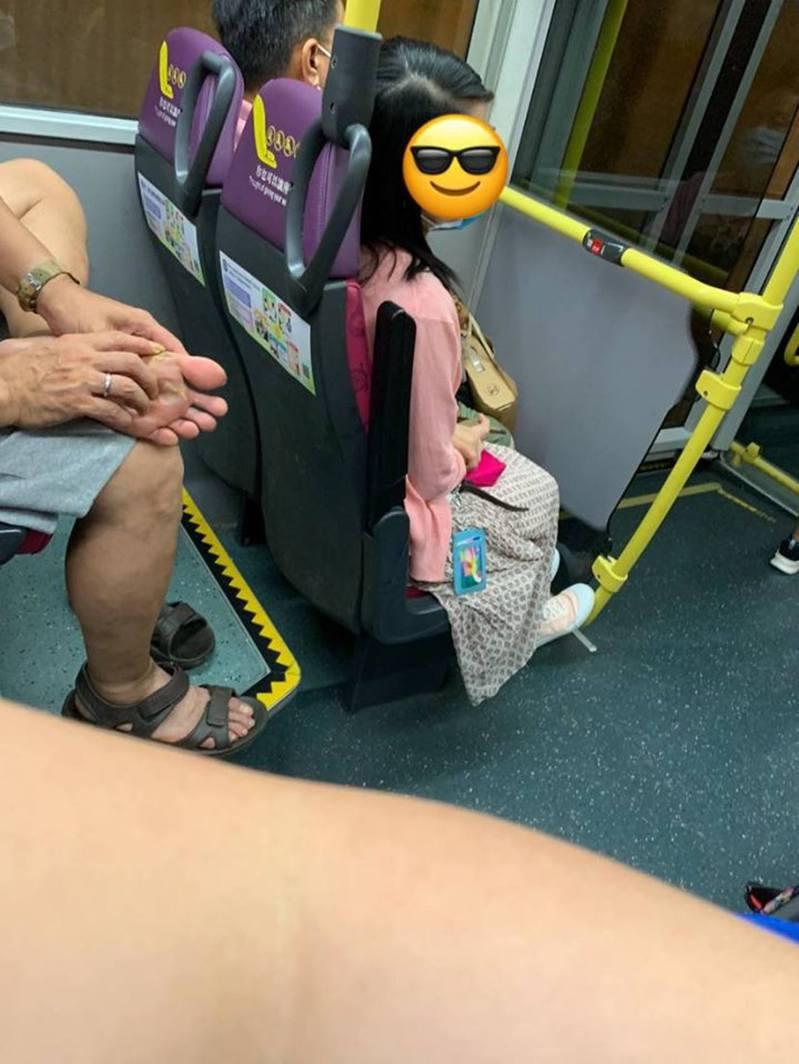 有網友在搭乘巴士時看到一名男乘客不斷摳腳,直指對方「上車摳到下車」,引起網友熱議。(fb「屯門公路塞車關注組」)