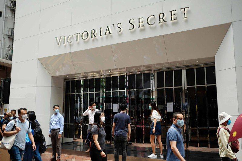 知名內衣品牌Victoria's Secret(維多利亞的秘密)香港旗艦店結束營業,店門口貼出結業告示。(中通社)