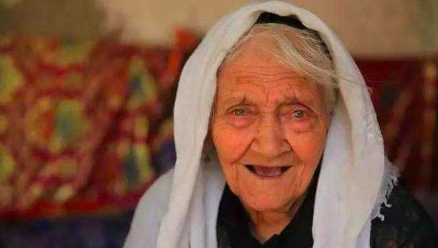 1886年6月25日(光緒12年)出生的新疆維吾爾族婦女阿麗米罕,被「扛旗世界紀錄」認證是目前世界最長壽的人。 圖/取自網易新聞網