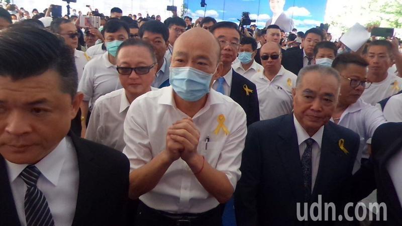 韓國瑜今天到許崑源告別式會場,拱手感謝支持者對他喊加油。記者林保光/攝影