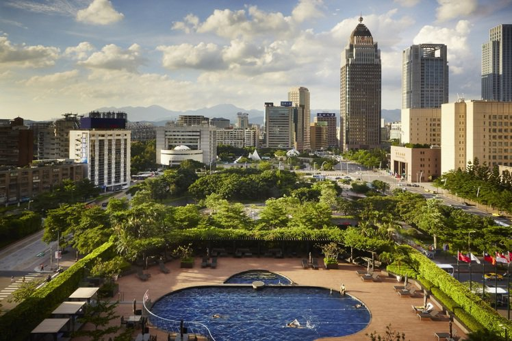 台北君悅酒店戶外溫水泳池,住客免費使用。圖/台北君悅酒店提供