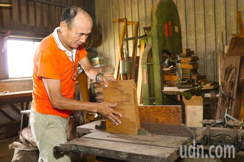 陳佐民受邀到嘉義市文化局,開設「欄間雕刻木作傳習工作坊」,為嘉義培育鑿花人才。記者卜敏正/攝影