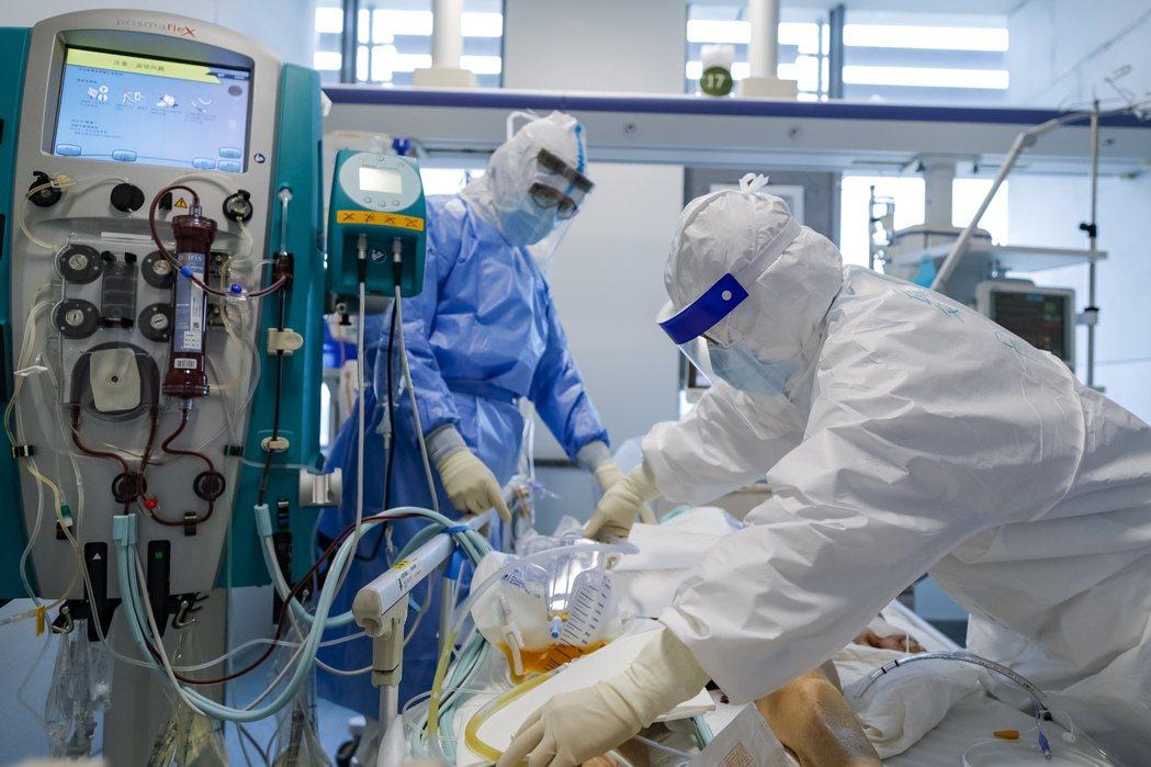 圖為武漢同濟醫院ICU病房,早前救治一名新冠肺炎危重症患者景象。(新華社)