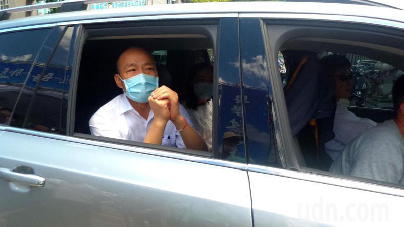 韓國瑜全程參與許崑源的告別式後,上車拱手說謝謝便離去。記者林保光/攝影