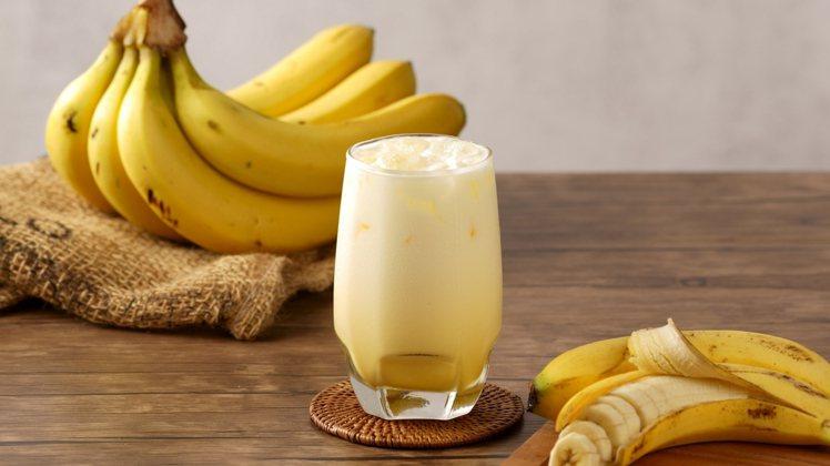 6月29日端午連假後開工日,OKmart當日限定大杯香蕉歐蕾買1送1。圖/OKm...