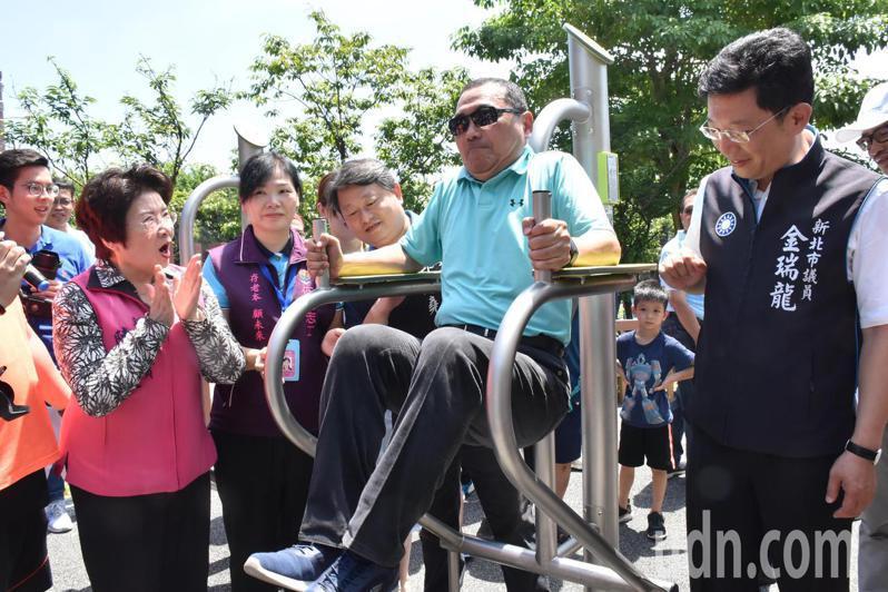 新北市長侯友宜(左二)體驗運動器材。記者江婉儀/攝影