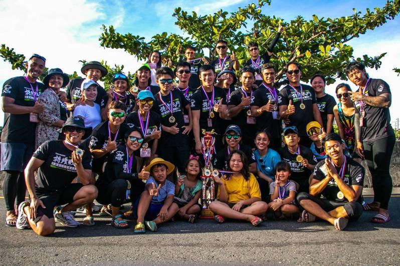 屏東縣龍舟委員會去年11月成立競技龍舟隊「TENG騰CrossFit」,隊上有八成是原住民選手,隊員20人,成軍不到一年,他們今年端午節參加鹿港慶端陽國際龍舟錦標賽,拿下社會公開男女混合組冠軍。圖/麥茵萍提供