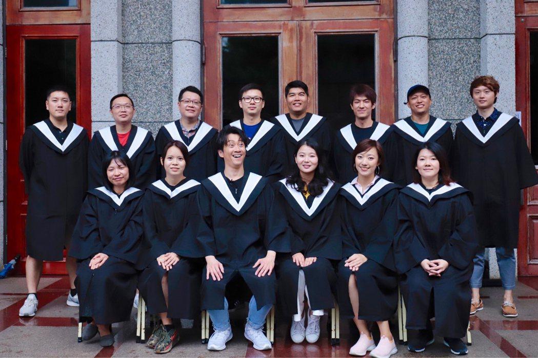 陳漢典與同學重拍畢業照。圖/八大提供