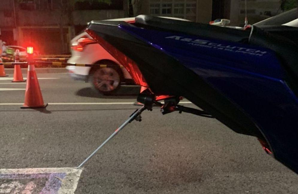 警方提出陳姓車主照牌後方加裝「翹牌器」的照片,打臉車主在臉書上的指控。圖/警方提...