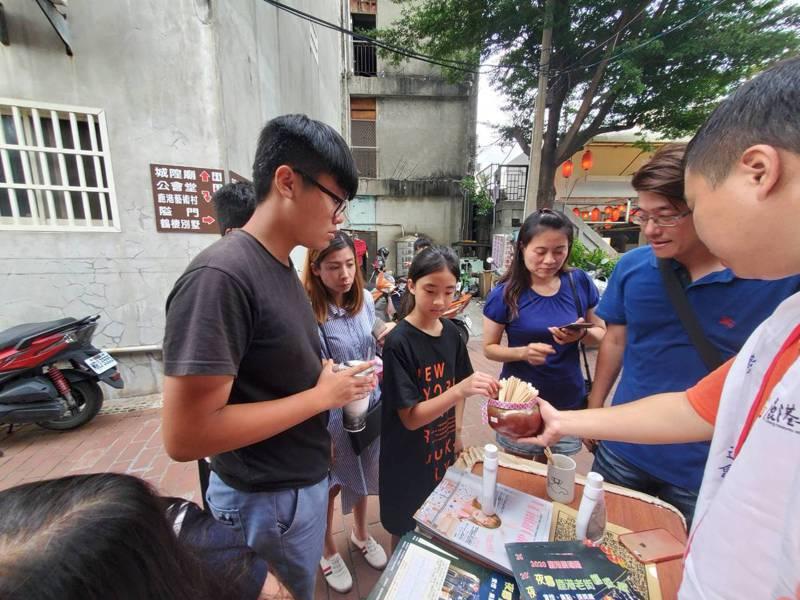 鹿港老街發展協會舉辦尋寶抽籤活動,吸引消費者參加。圖/魏秀娟提供