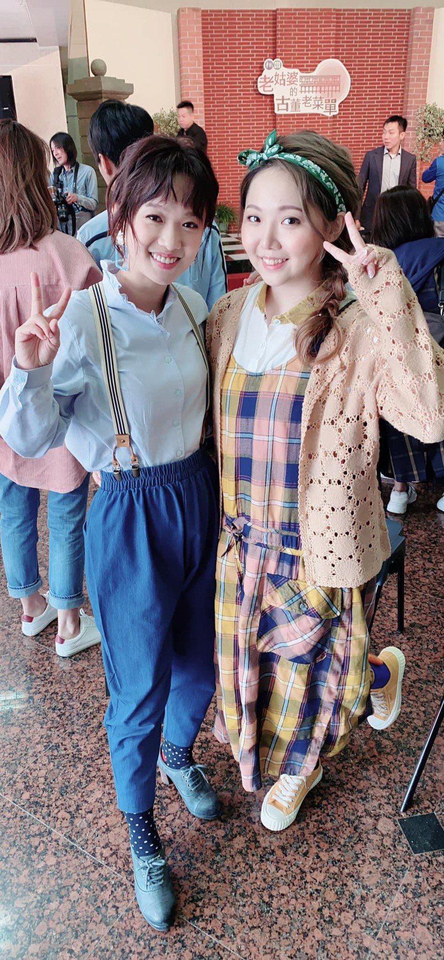 黃聖雅(右)、嚴正嵐演出「老姑婆的古董老菜單」。圖/摘自臉書
