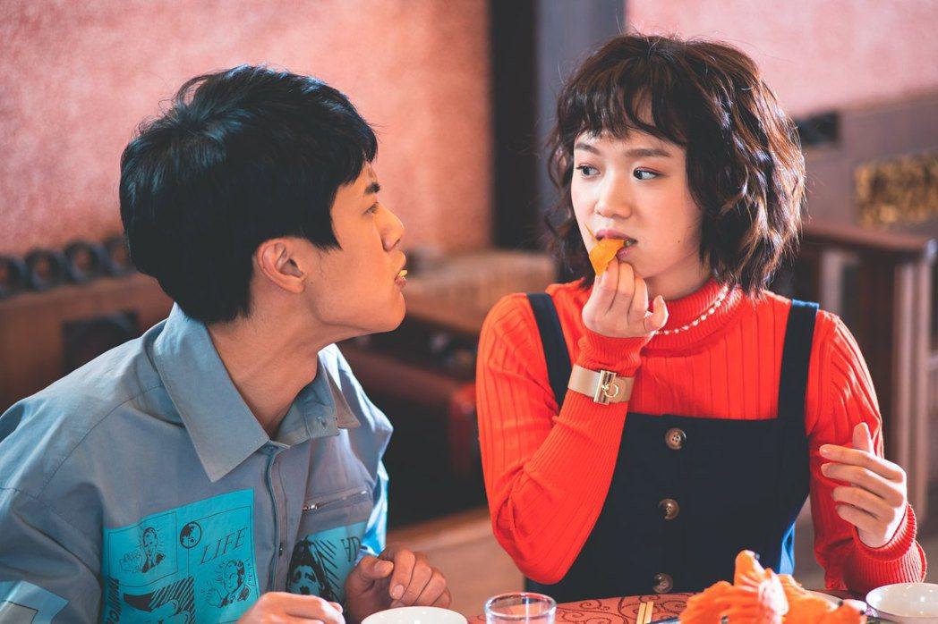 嚴正嵐(右)、李冠毅在「老姑婆的古董老菜單」中是對歡喜冤家。圖/華視提供