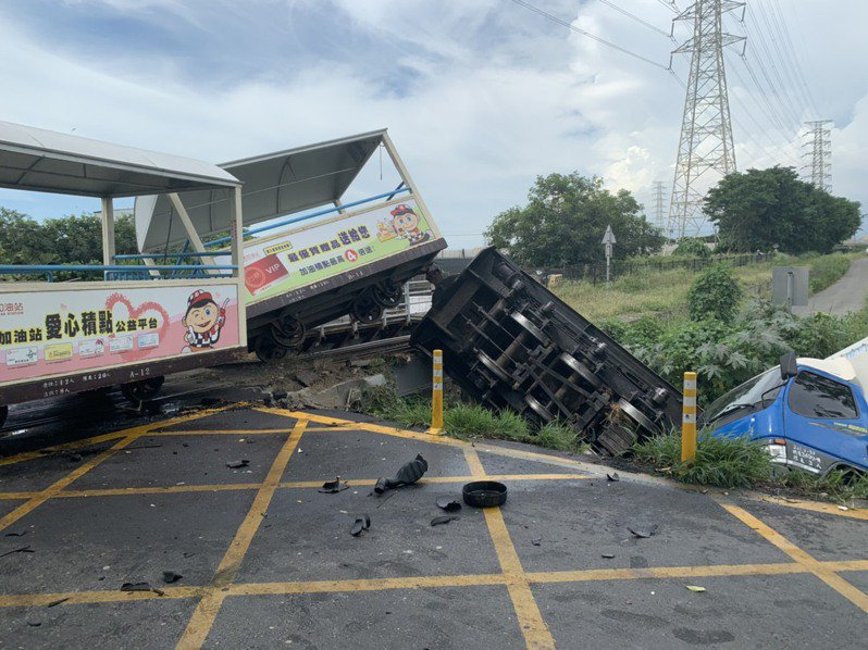 溪湖糖廠小火車昨遭小貨車撞擊火車頭,貨車和火車頭都翻落小河,小火車車廂也出軌。圖/大竹里長何炳樺提供