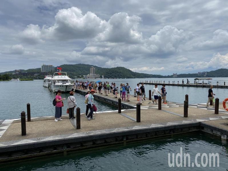 新冠肺炎疫情趨緩,國內旅遊解封,日月潭搭船遊湖的遊客人數明顯回升。記者江良誠/攝影