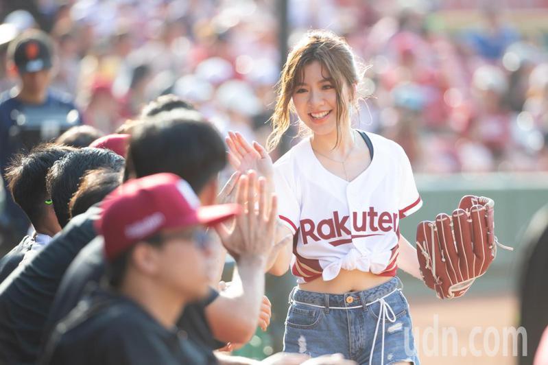 賽前樂天桃猿邀請歌手關詩敏演唱及開球。記者季相儒/攝影