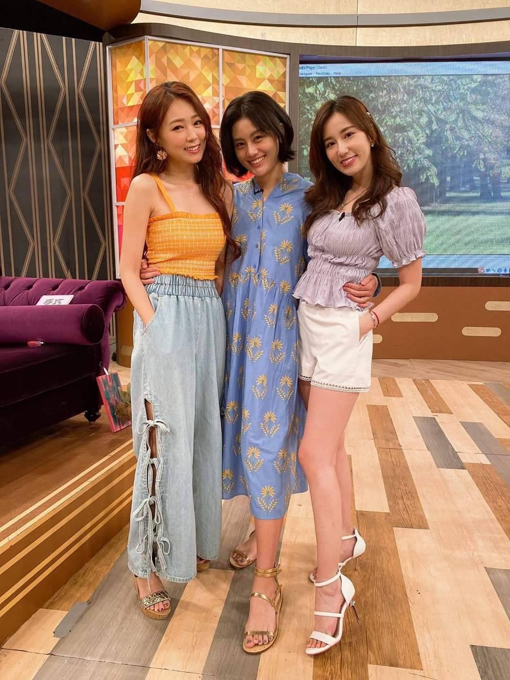 丫頭(左起)、小蠻都已是人妻,期待Apple也報喜。圖/摘自臉書