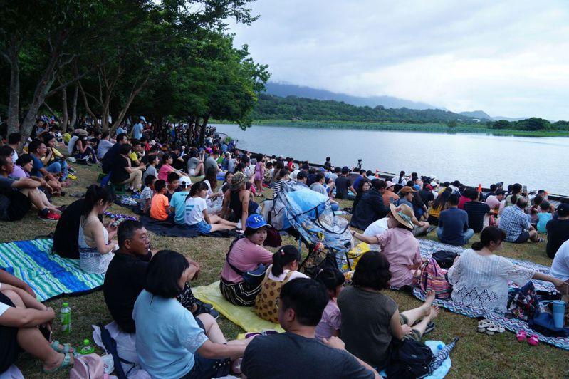 台東縣「台灣國際熱氣球嘉年華」首場光雕音樂會,今天晚上7點在池上鄉大坡池登場,吸引數千人齊聚大坡池畔欣賞豔麗的熱氣球火焰秀。圖/台東縣政府提供