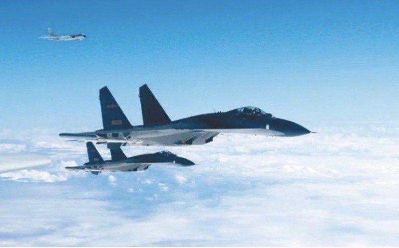 我空軍18日上午偵獲中共殲10、殲11型戰機,進入台灣西南空域。圖/中共空軍微博