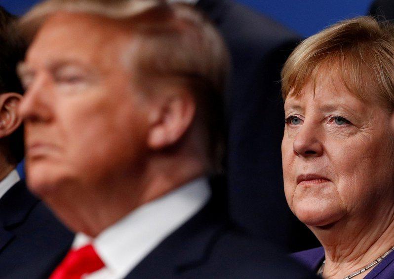 德國總理梅克爾(右)去年12月在北約英國峰會上與美國總統川普(左)一起參加領袖合照。(路透)