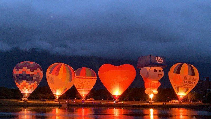 台東縣「台灣國際熱氣球嘉年華」首場光雕音樂會,昨天晚上7點在池上鄉大坡池登場。圖/台東縣政府提供